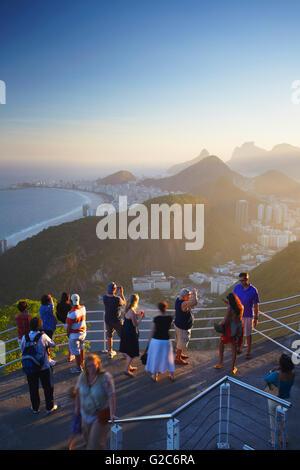 Les touristes bénéficiant de vue de Copacabana, Pain de Sucre (Pao de Acucar), Urca, Rio de Janeiro, Brésil Banque D'Images