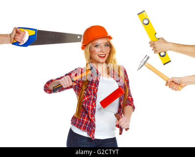 Cheerful girl builder et ses mains autour d'elle avec la création d'outils en eux sur un fond blanc Banque D'Images