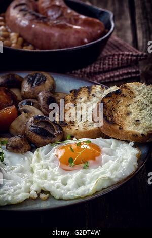 Petit déjeuner anglais avec des œufs, tomates, champignons, bacon, haricots Banque D'Images