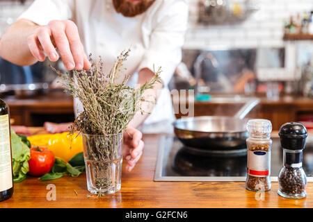 Portrait d'un chef cuisinier de préparer un repas dans la cuisine Banque D'Images