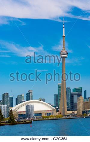 Tour du CN à Toronto Skyline vue depuis le lac Ontario. La ville offre des excursions en bateau qui sont très populaires Banque D'Images