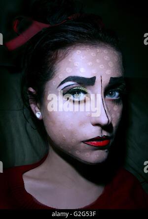 Femme Clown-Like avec visage peint Banque D'Images
