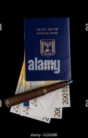 Passeport israélien avec 200 billets et une grosse balle de fusil isolated on black Banque D'Images