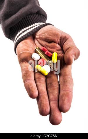 Sale human hand holding pills et bullet isolé sur fond blanc Banque D'Images
