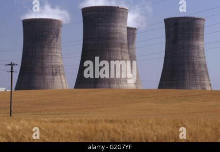 Les tours de refroidissement de la vapeur à la centrale nucléaire de Dukovany, en République tchèque. Banque D'Images