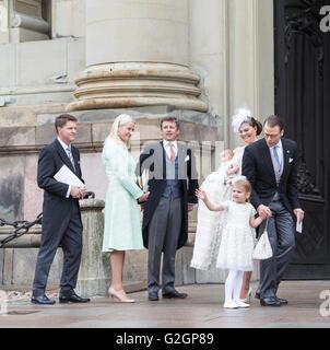 Baptême royal en Suède Mai 2016 - Prince Oscar de Suède. La princesse Estelle waves Banque D'Images