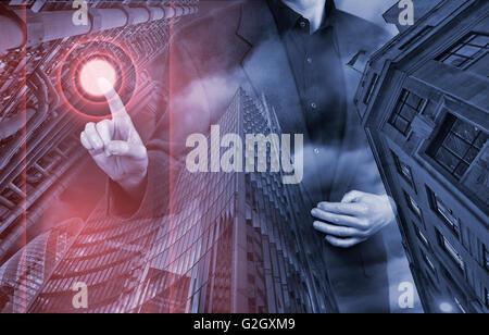 Businessman appuyant sur type de support virtuel de boutons avec des capacités en fond Banque D'Images