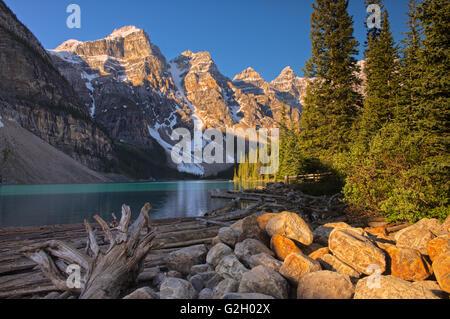 Le lac Moraine et les montagnes Rocheuses du Canada Banff National Park Alberta Canada Banque D'Images