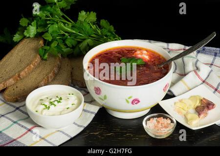 Slaves traditionnels avec la soupe aux choux, betteraves Banque D'Images