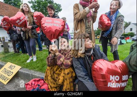"""Harmondsworth, Londres, Royaume-Uni. 30 mai, 2016 HACAN et anti-3ème campagne en piste d'Harmondsworth """"célébrer"""" Banque D'Images"""