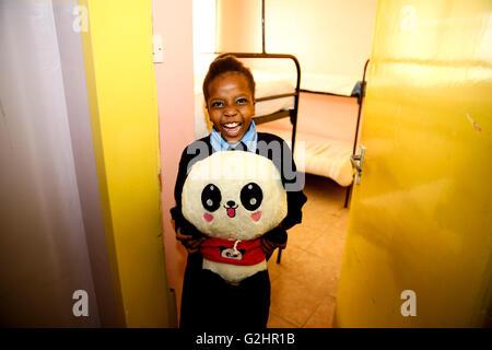 (160531) -- NAIROBI, 31 mai 2016, (Xinhua) -- Kainia, une fillette de 10 ans, montre son jouet panda donné par l'ambassade Banque D'Images