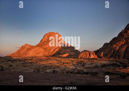 Spitzkoppe-un groupe de pics de granit chauve ou bornhardts situé entre Usakos et Swakopmund, dans le désert du Banque D'Images