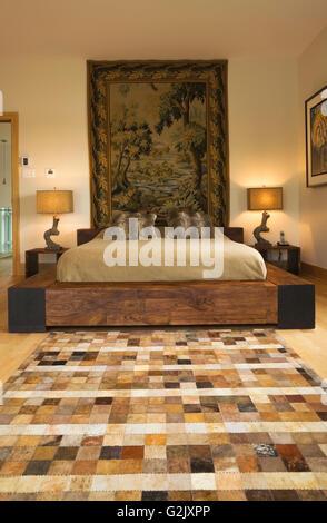 Lit King size sur châssis en bois à l'étage chambre des maîtres à l'étage dans un style cubiste moderne accueil Banque D'Images