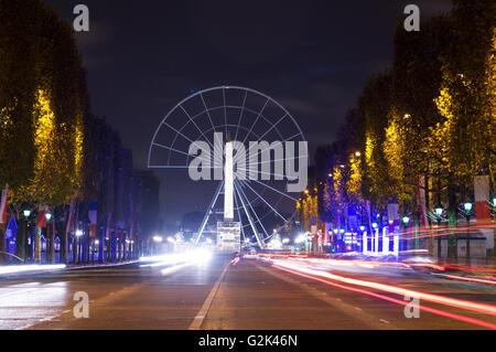 Avenue des Champs-Elysées et de la grande roue à Paris, France. Vue de l'Arc de Triomphe Banque D'Images