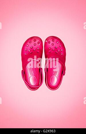 Une paire de chaussures croc rose Banque D'Images