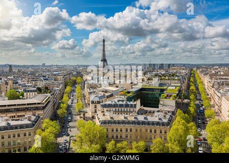 Des toits de Paris avec la Tour Eiffel Banque D'Images