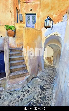 Un chemin pittoresque typique dans le style médiéval de Emporeios dans l'île de Santorin, Cyclades, Grèce Banque D'Images