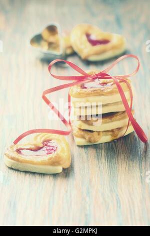 Les cookies avec marmelade dans look rétro. Banque D'Images