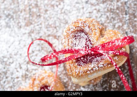 Valentine cookies avec ruban et sucre glace close up. Banque D'Images