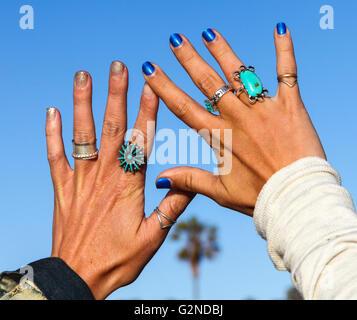 Soeurs à Venice Beach, Californie montrent leurs mains manucurées et jewelled Banque D'Images