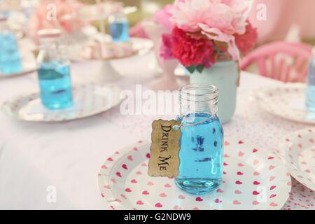 Le 'Drink' potion, Alice au pays des merveilles thème de partie de thé tonifiant, Banque D'Images