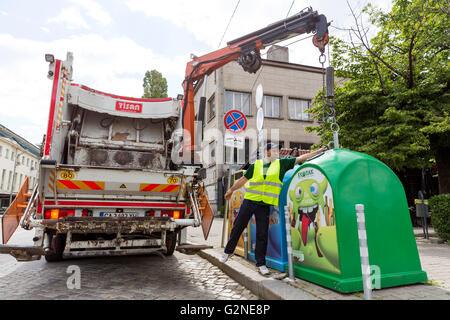 Sofia, Bulgarie - 26 mai 2016: un travailleur sanitaire prend de poubelles avec son camion de recyclage. Poubelles Banque D'Images