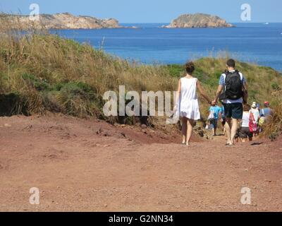 Couple walking down vers Cap de Cavalleria, Minorque, Espagne Banque D'Images