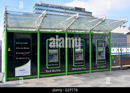 Guichet automatique à trois guichets automatiques dans le comptoir de caisse mural Distributeurs d'argent à l'extérieur de la gare de Croydon East, Londres, Angleterre ROYAUME-UNI