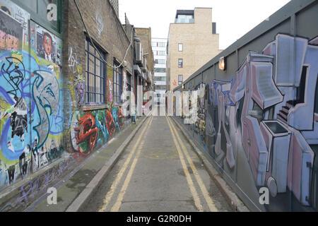 Allée couverte de graffitis côté Banque D'Images