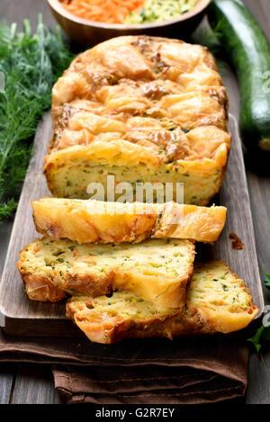 Légumes en tranches de pain humide avec la courgette, carotte, fromage, oeufs Banque D'Images