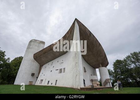 L'étonnante Chapelle Notre Dame du Haut conçu par le célèbre architecte Le Corbusier, Ronchamp, France, et les personnes Banque D'Images