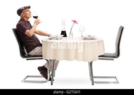 Portrait d'un vieux dégustateur qui sent un verre de vin rouge isolé sur fond blanc Banque D'Images