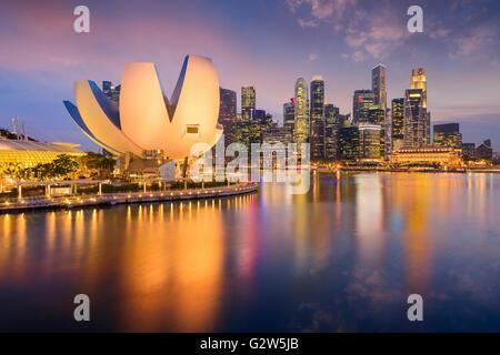 Singapour à la marina au crépuscule. Banque D'Images