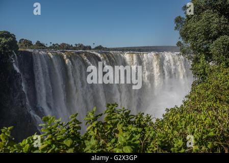 Victoria Falls dans le plein débit vu du Zimbabwe Banque D'Images