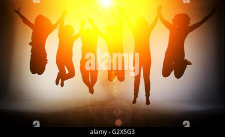Heureux femme sautant dans le soleil Banque D'Images