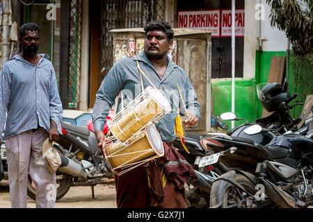 L'homme indien dans les rues de jouer un tambour près du Temple de Kapaleeshwara, Mylapore, Chennai, Tamil Nadu, Banque D'Images