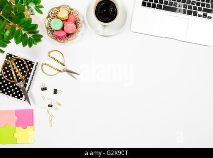 Bureau Féminin 24 de travail. Les cookies, café, ordinateur portable et gren plante sur arrière-plan du tableau Banque D'Images