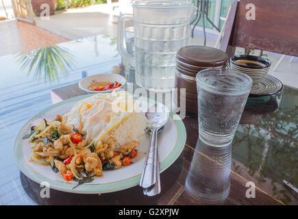 Sélectionnez l'accent ,poulet basilic thaï épicé recette riz frit au poulet frit avec des oeufs. Banque D'Images