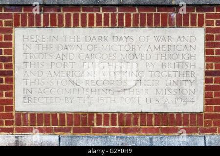 Plaque à Liverpool Pier Head commémorant de plus de 1m des troupes américaines qui ont transité par le port avant Banque D'Images