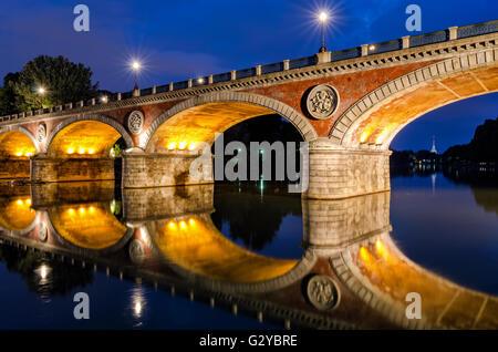 Turin (Torino) Ponte Isabella et pô à l'heure bleue avec Mole Antonelliana en arrière-plan