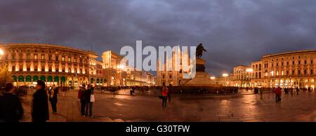La Piazza del Duomo avec l'Arc de triomphe à l'entrée de la galerie Vittorio Emanuele II , Cathédrale , statue équestre Banque D'Images