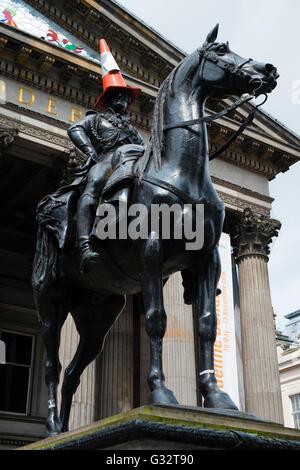 Statue du duc de Wellington avec cône de circulation sur la tête à l'extérieur Musée d'Art Moderne de Glasgow, Ecosse, Royaume-Uni