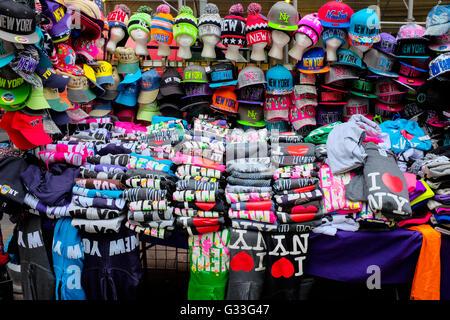 T-shirts en vente au stand de souvenirs dans la ville de New York, USA. Banque D'Images