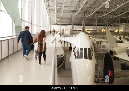 Une famille avec enfants à la recherche d'un avion Concorde, l'espace aérien Hangar, Imperial War Museum, musée Banque D'Images