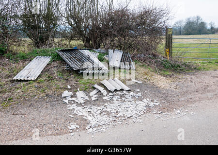 L'amiante déchets draps jetés dans un chemin de campagne. Banque D'Images