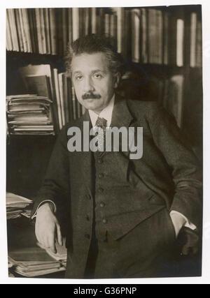 Albert Einstein (1879-1955), physicien théoricien, philosophe et auteur. Vu ici en face de bibliothèque. Date: Banque D'Images