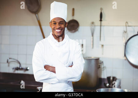 Portrait of happy chef standing with arms crossed Banque D'Images