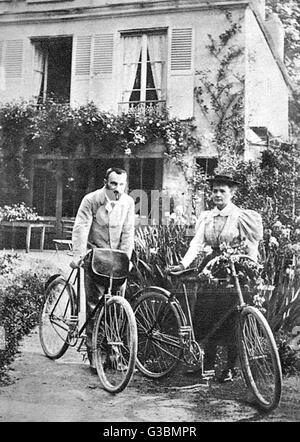 MARIE ET PIERRE CURIE Les deux scientifiques figurant sur un dimanche après-midi, balade en vélo. Date: 1867-1934: Banque D'Images