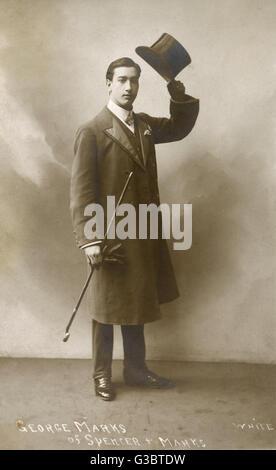Habillés d'un jeune homme dans un studio photo, soulevant son chapeau haut de l'appareil photo. Le nom donné est Banque D'Images