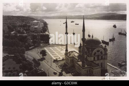 La mosquée de Dolmabahçe, sur les rives du Bosphore, Istanbul, Turquie. Date: 1930 Banque D'Images